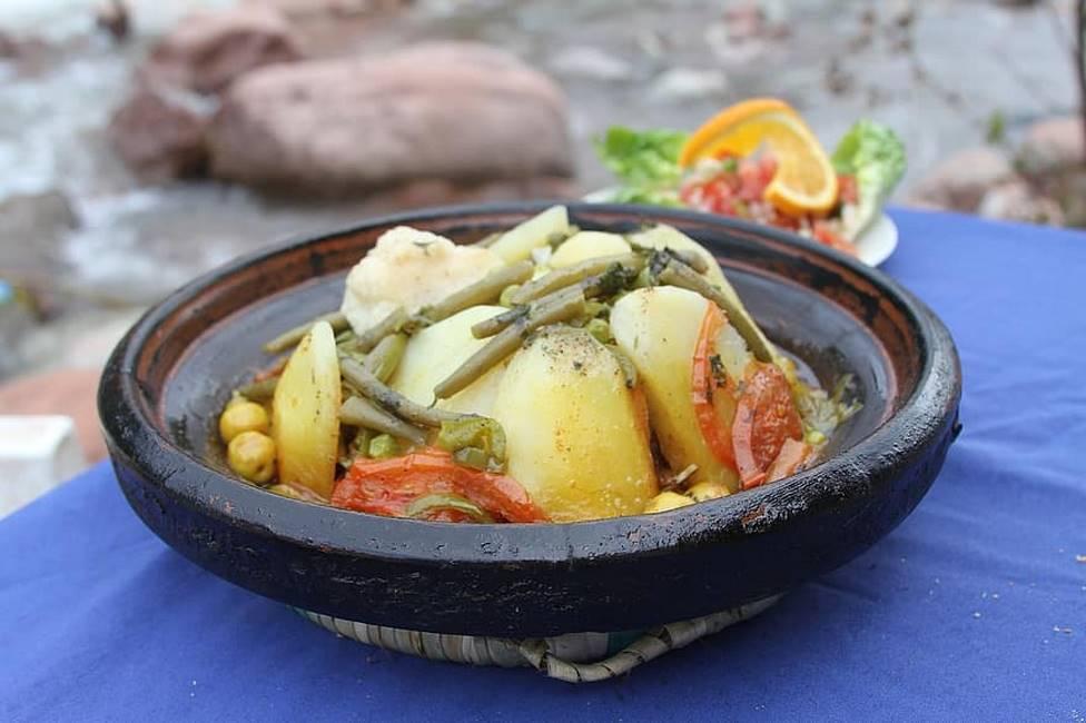 Tagine au légumes cuit dans un plat en terre traditionnel au Maroc