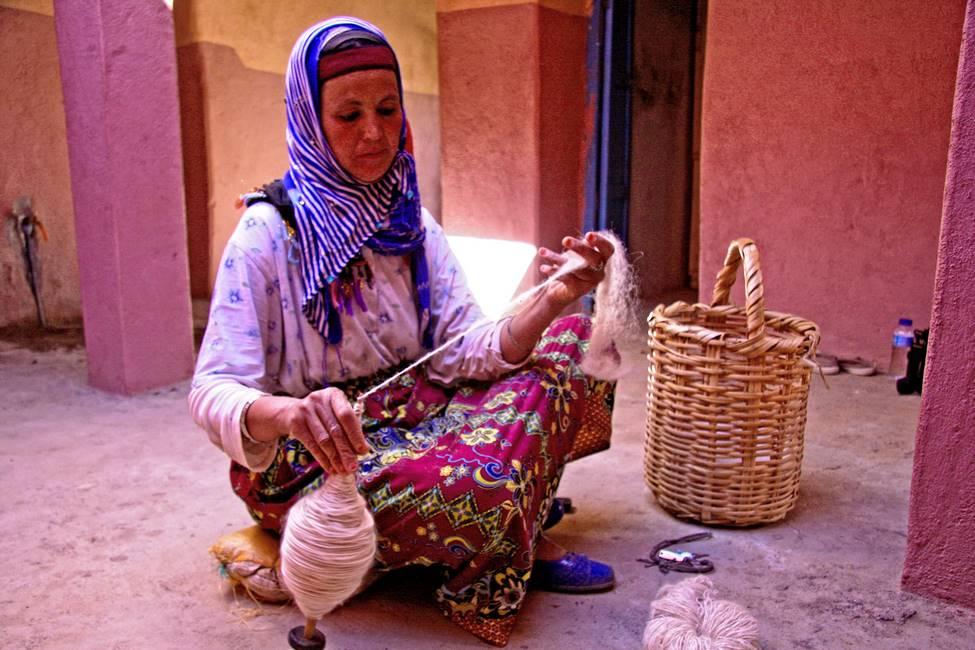 Filage de la laine pour la fabrication de tapis berbère dans un village de l'anti-Atlas au Maroc