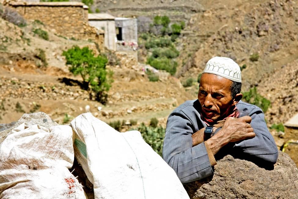 Homme berbère buvant un thé dans un village de l'anti-Atlas au Maroc