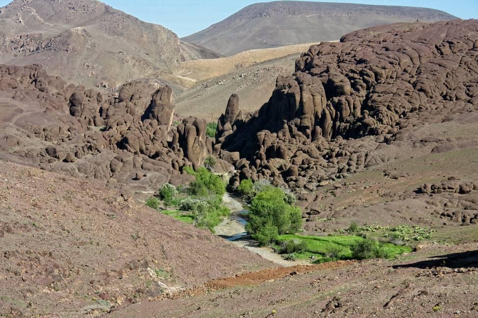 Pitons rocheux volcaniques des gorges de Tislit dans l'Anti-Atlas au Maroc