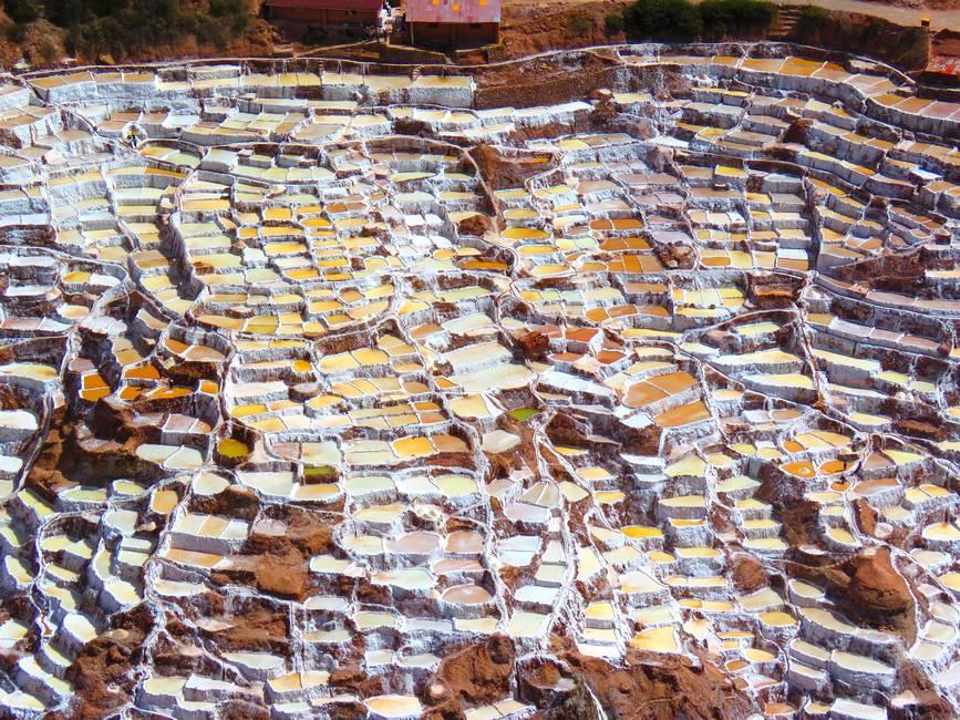 Les salines de Moray Maras dans les Andes au Pérou