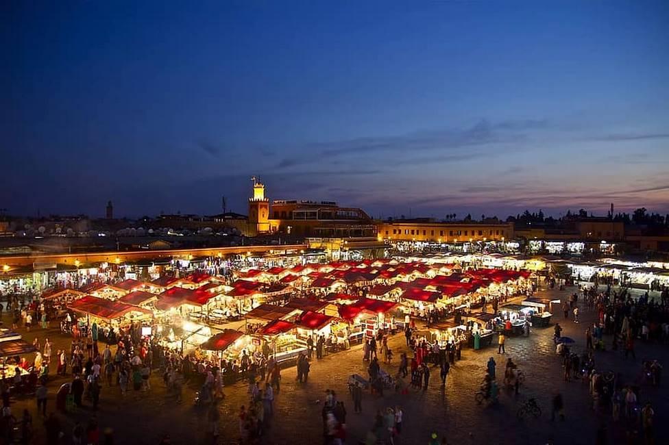 Place Jemaa El-Fna de nuit à Marrakech au Maroc