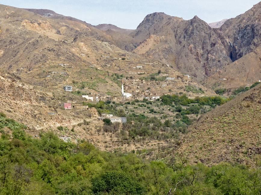 Village au creux des montagnes dans l'anti-Atlas au Maroc