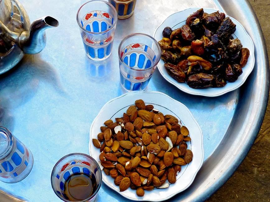 Thé à la menthe accompagné d'amandes et de dattes au Maroc