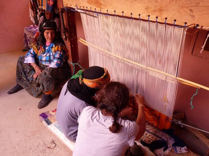 Tissage manuel d'un tapis berbère dans un village de l'anti-Atlas au Maroc