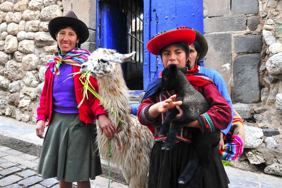 Péruvienne et leurs alpagas