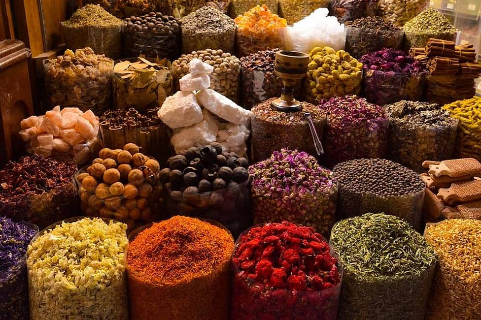 Etalage d'épices au souk de Marrakech au Maroc
