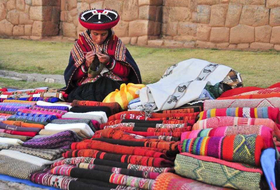 Péruvienne vendant des tissus sur un marché