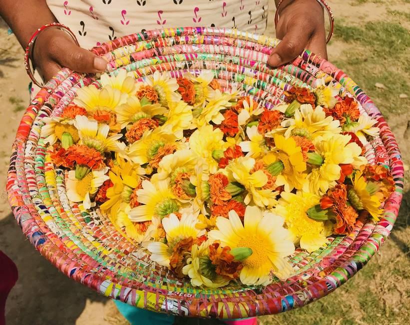 Corbeille de fleurs pour les offrandes au Népal