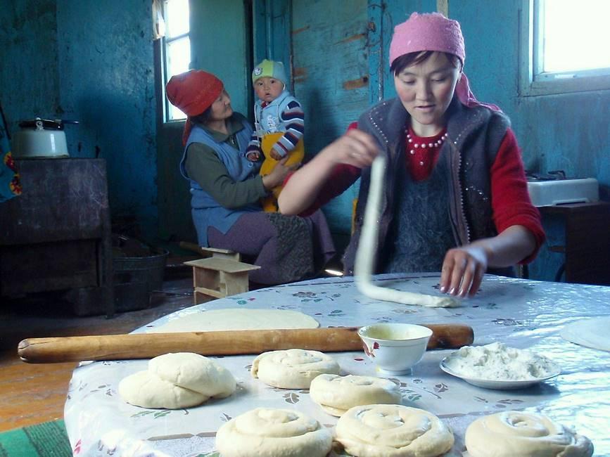 Fabrication du pain dans une famille au Kirghizistan