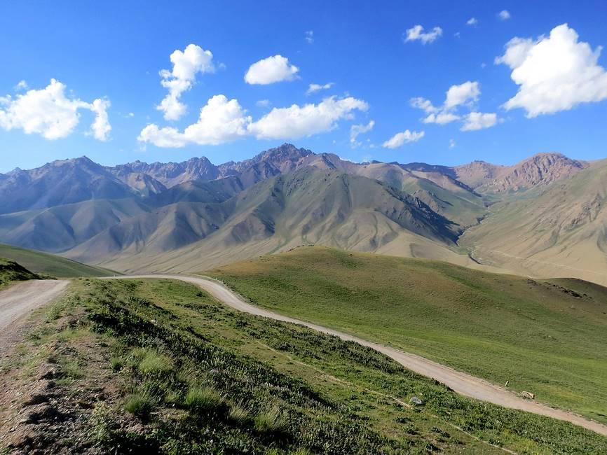 Route du col Kalmak Ashuu au Kirghizistan