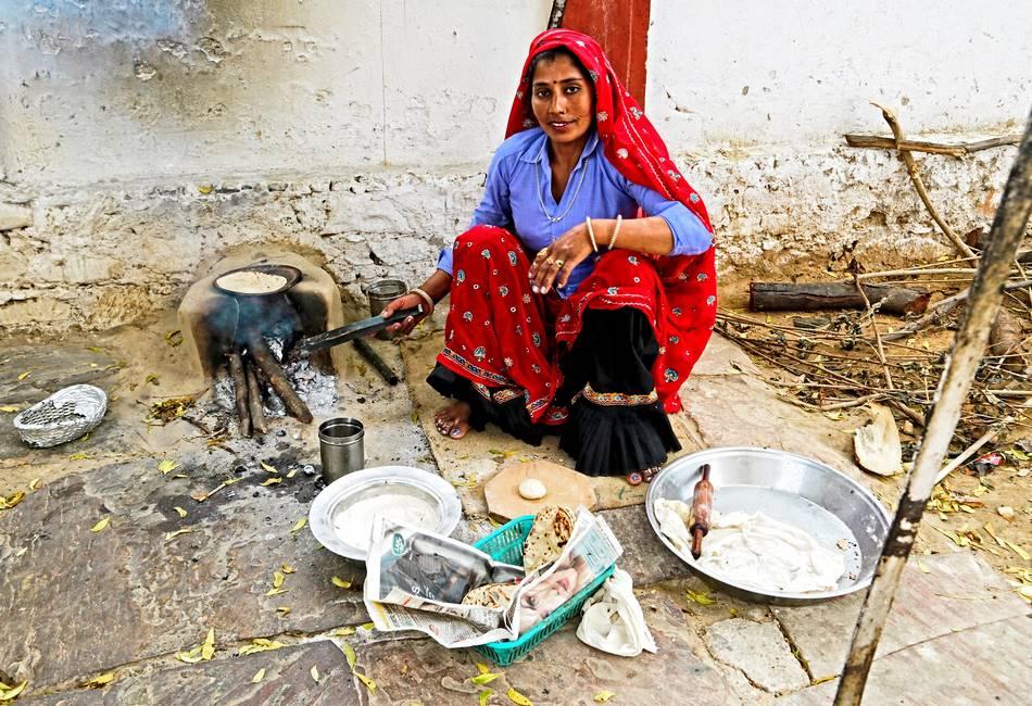 Préparation du repas dans un village rural du Rajasthan