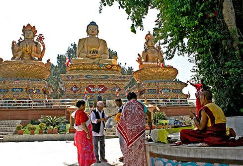 Statues de Bouddha en or à Swayambhounath Amideva Buddha Park à Katmandou, Népal