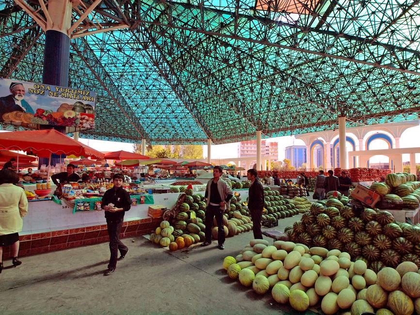 Intérieur du marché Chorsu à Tachkent en Ouzbékistan