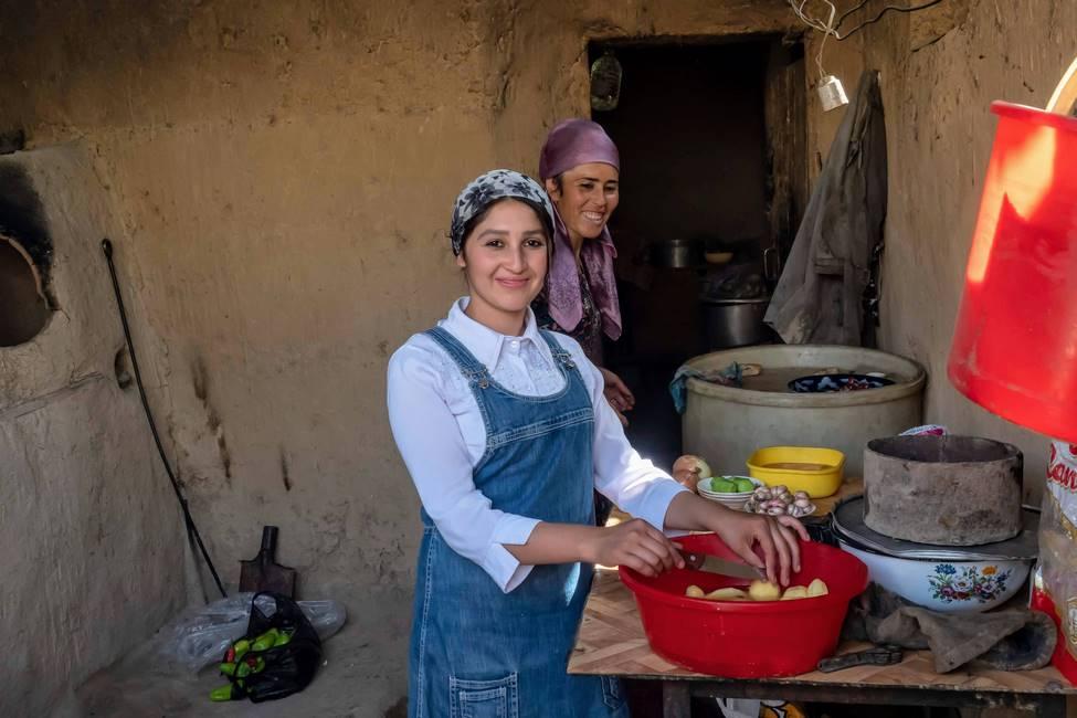 Famille ouzbèke préparant le repas dans la vallée de Fergana