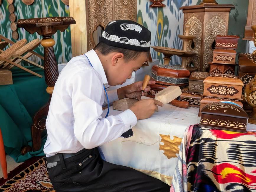 Artisan sculptant le bois en Ouzbékistan
