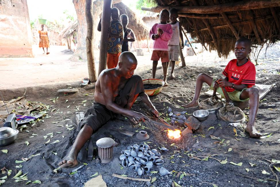 Artisan forgeron traditionnel dans un village du sud Togo