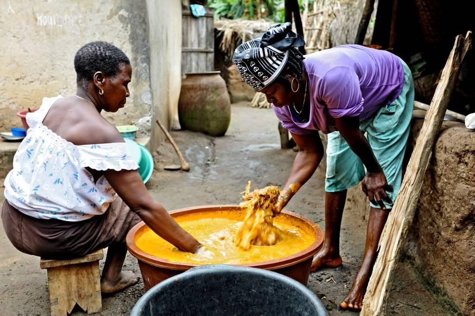 Fabrication de l'huile rouge de plame dans un village au Togo