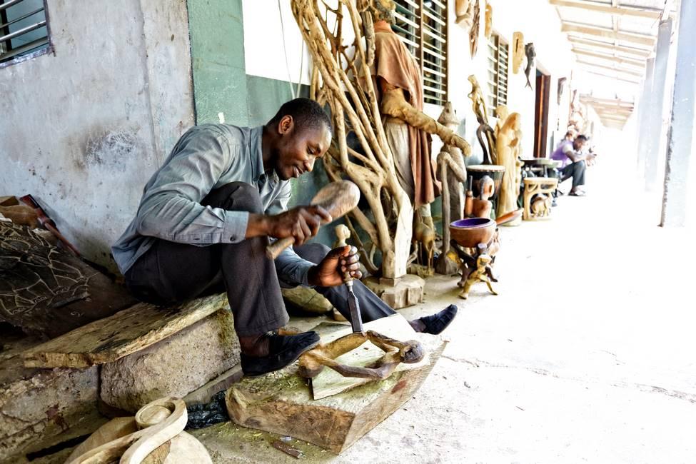 Sculpteur sur bois au centre artisanal de Kpalimé au togo
