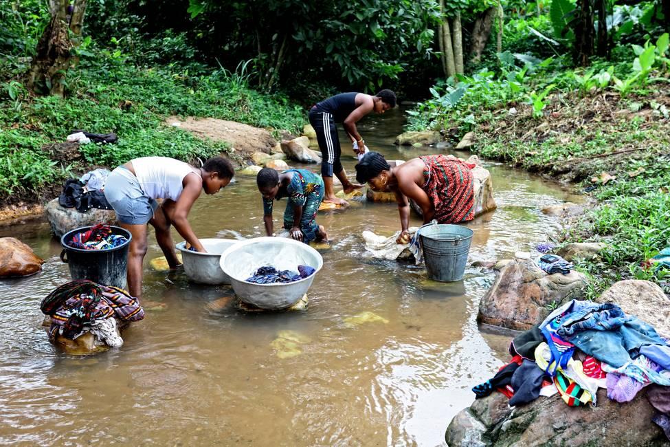 Togolaises qui lavent leur linge dans un ruisseau