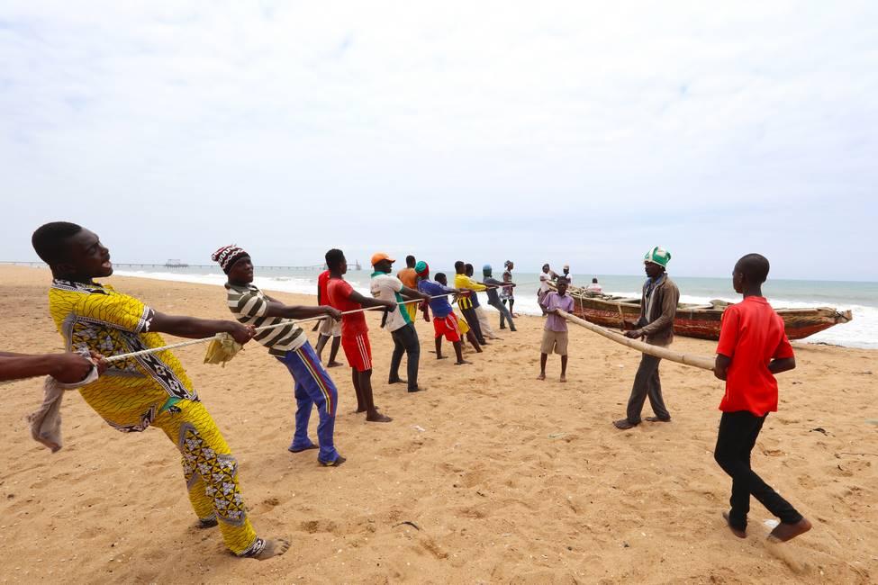 Pêche au filet traditionnelle sur la plage d'Agbodrafo au Togo