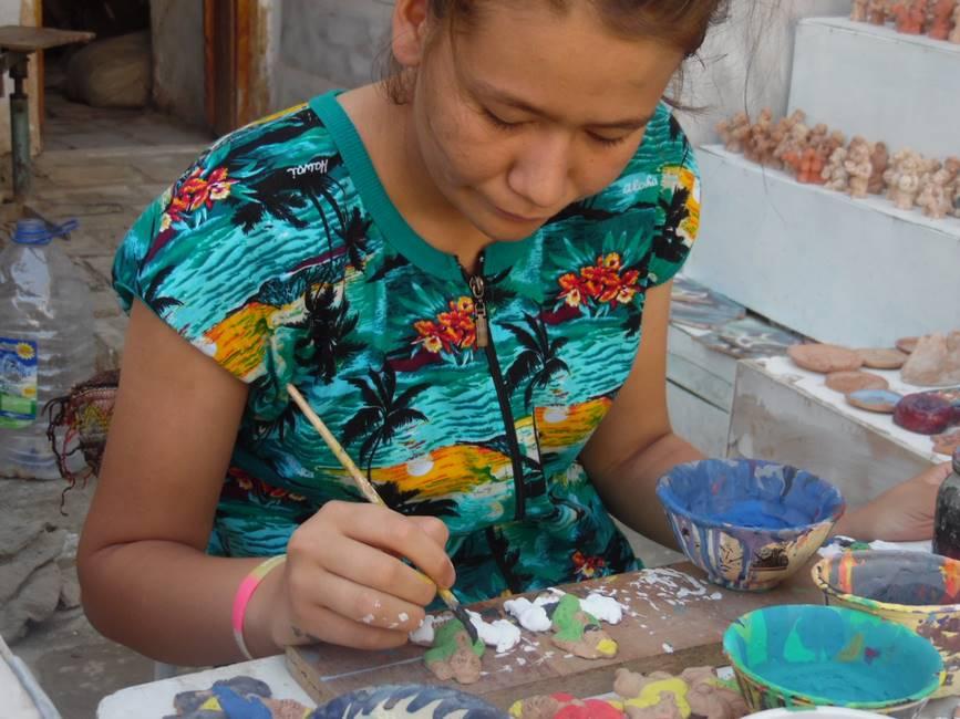 Peinture de la céramique à Marguilan dans la vallée de Fergana en Ouzbekistan