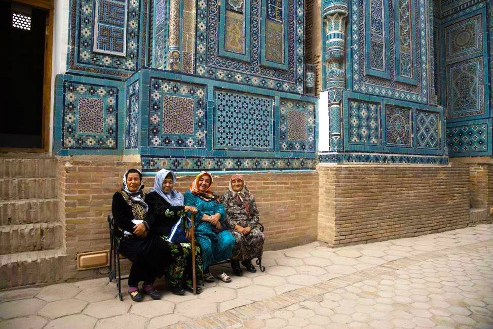 Ouzbekes devant un la nécropole de Shah-i-Zinda à Samarcande en Ouzbékistan