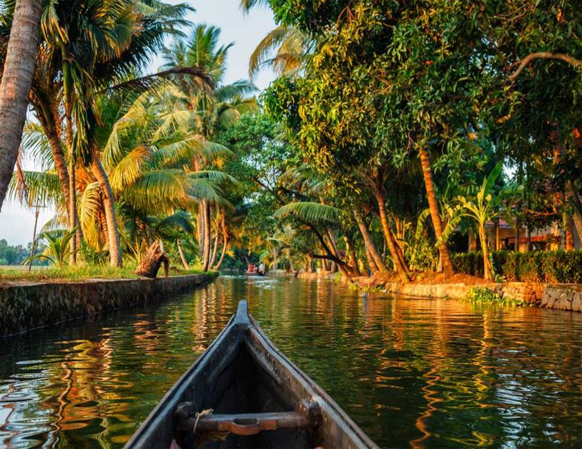 Bateaux sur une voie de navigation au Kérala dans le sud de l'Inde