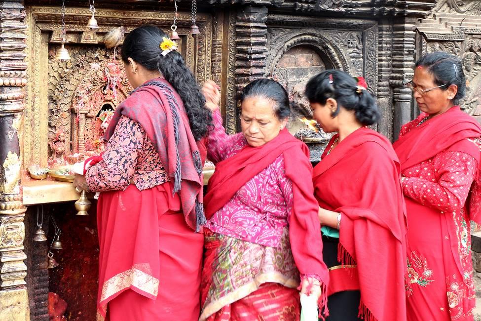 Scène de dévotion hindouiste à Katmandou au Népal