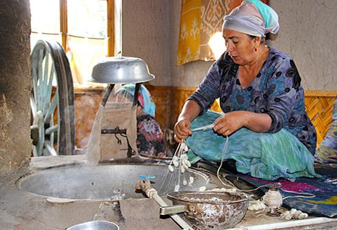 Fileuse de soie dans la vallée de Fergana au coeur de Ouzbékistan
