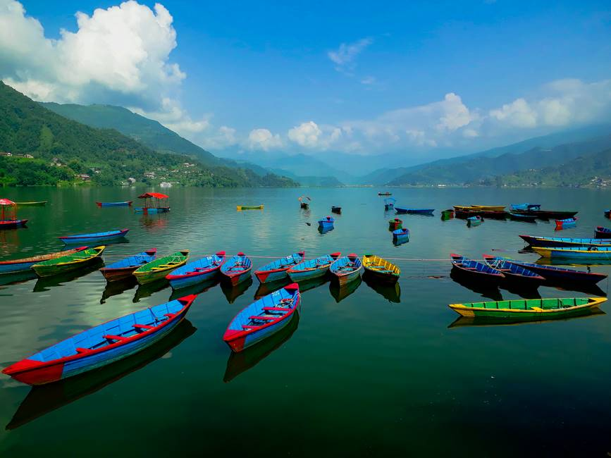 Barque sur le lac Phewa à Pokhara au Népal