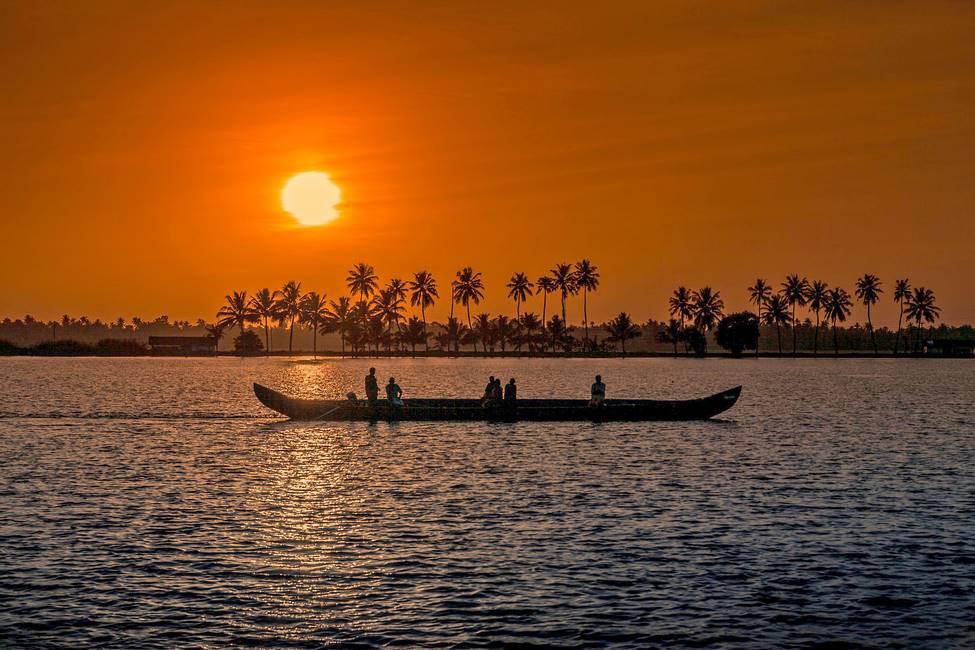 Coucher de soleil sur une lagune dans le Kérala au sud de l'Inde