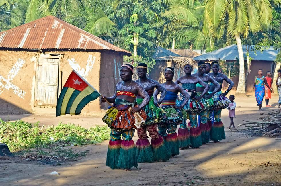 Hommes en costume de fête traditionnelle dans un village de l'ethnie Ewe au Togo